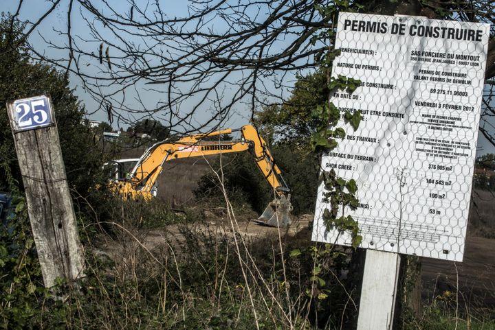 Le début de la construction du stade des Lumières, à Décines-Charpieu (Rhône), près de Lyon, le 22 octobre 2012. (JEFF PACHOUD / AFP)