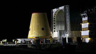 Un morceau de la fusée Artemis 1 transporté au Kennedy Space Center (Floride, Etats-Unis), avant le lever du soleil, le 30 juillet 2020. (GREGG NEWTON / GREGG NEWTON / AFP)