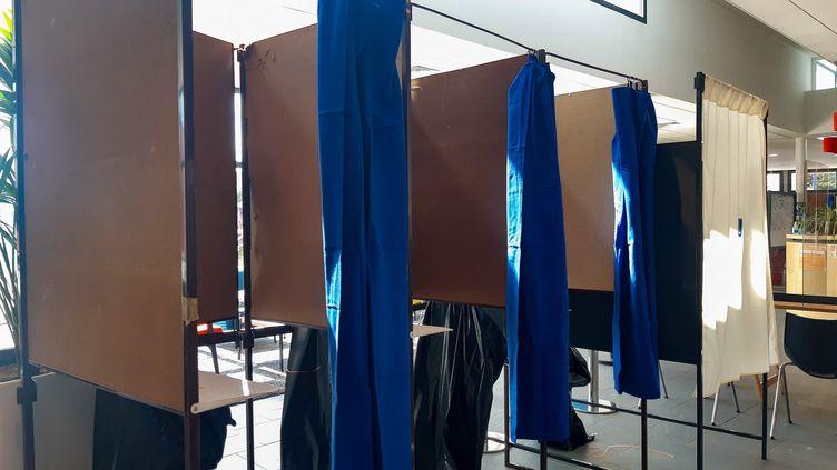 Des isoloirs vides dans un bureau de vote du Finistère lors du premier tour des élections régionales et départementales, le 20 juin 2021. (AURÉLIE LAGAIN / RADIO FRANCE)