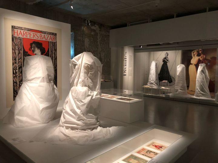 Avant la réouverture du Musée des arts décoratifs, tous lescostumes sont inspectés pour retirer la poussière et les éventuels insectes. (BASTIEN MUNCH / RADIO FRANCE)