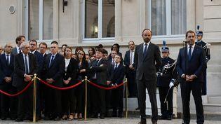 Le ministre de l'Intérieur Christophe Castaner (à droite), lors de la passation de pouvoir avec Edouard Philippe (au centre), mardi 16 octobre 2018. (PHILIPPE LOPEZ / AFP)