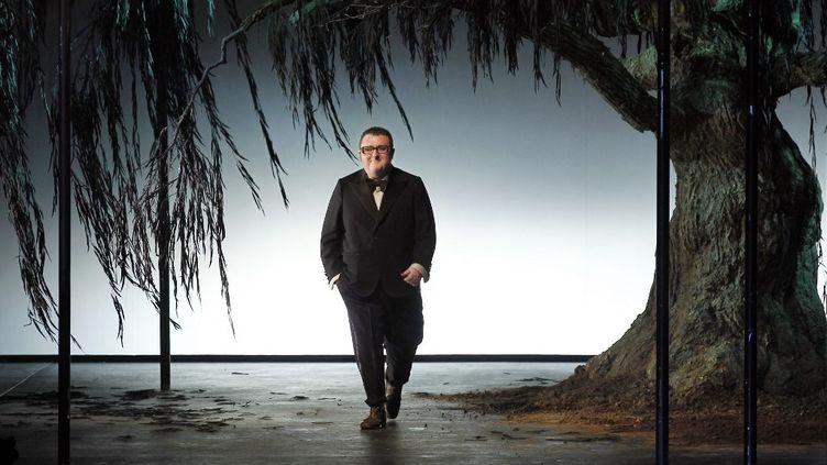 Le créateur de mode Alber Elbaz lors de la présentation de la saison automne-hiver 2011-12 de chez Lanvin, à Paris, le 4 mars 2011. (FRANCOIS GUILLOT / AFP)