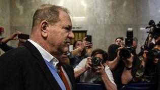 Harvey Weinstein arrive dans la salle pour son audience au tribunal de New-York, après avoir été inculpé vendredi matin pour viol et agression sexuelle.  (STEPHANIE KEITH / GETTY IMAGES NORTH AMERICA / AFP)