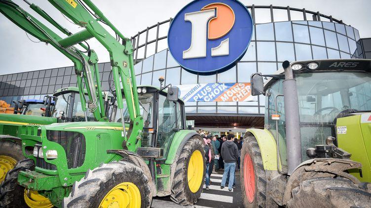 Desagriculteurs bloquent un magasin Leclerc à Contrexéville (Vosges), le 5 février 2016. (MAXPPP)