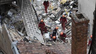 Les secourss'affairent autour de l'immeuble dans lequel a eu lieu cette explosion, tout près de la gare de Dijon. (ROMAIN LAFABREGUE / AFP)