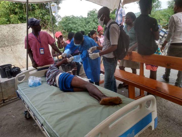 Un hôpital de campagne soigne les blessésà Jérémie (Haïti), après le tremblement de terre survenu le 14 août 2021. (STRINGER / ANADOLU AGENCY / AFP)