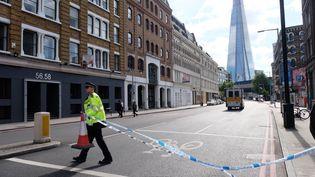 Un policier britannique boucle une artère de Londres (Royaume-Uni) menant au secteur du London Bridge et du Borough Market, le 4 juin 2017, au lendemain de l'attaque terroriste. (JAY SHAW BAKER / NURPHOTO)