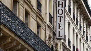 L'enseigne d'un hôtel à Paris, le 17 mars 2021 (illustration). (DANIEL FOURAY / MAXPPP)