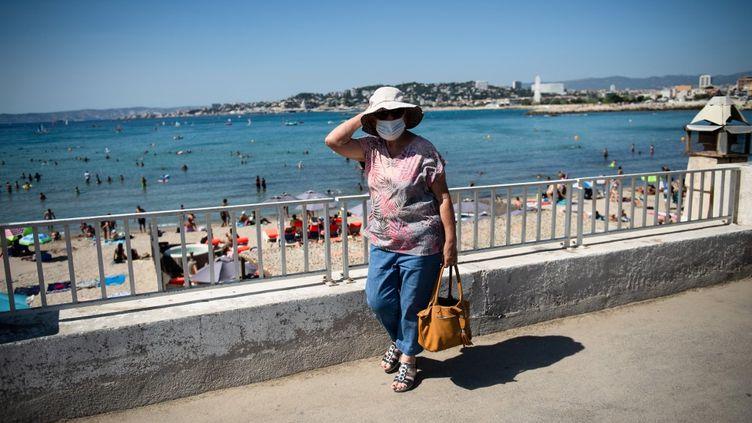 Une dame porte un masque près de la plage de Marseille, le 27 juillet 2020. (CLEMENT MAHOUDEAU / AFP)