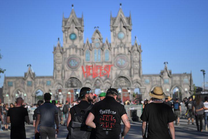 Des festivaliers entrent dans le Hellfest, le festival métal organisé à Clisson (Loire-Atlantique). (LOIC VENANCE / AFP)