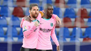 Les joueurs du FC Barcelone Lionel Messi et Ousmane Dembélé après l'ouverture du score contre Levante, mardi 11 mai. (JOSE JORDAN / AFP)