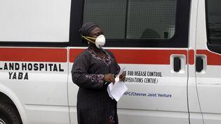 Une femme porte, le 28 février 2020, un masque de protection contre le coronavirus (Covid-19) près de l'hôpitalYaba Mainland à Lagos où est suivi le premier cas (un citoyen italien) de la maladie, traité au Nigeria. (SUNDAY ALAMBA/AP/SIPA / SIPA)