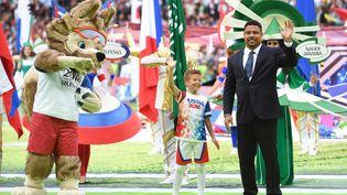 Zabivaka, la mascotte de la Coupe du monde (à gauche), et le Brésilien Ronaldo, le 14 juin 2018 à Moscou (Russie). (PATRIK STOLLARZ / AFP)