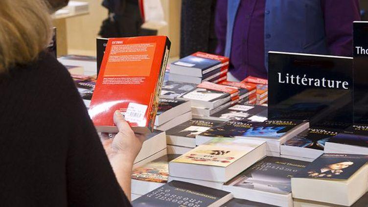 Dans une boutique de livres à Paris... (07/01/2012)  (AFP / Nathan Alliard / Photononstop)