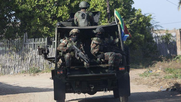 Une patrouille de soldats sud-africains près de Pemba, dans la région du Cabo Delgado au Mozambique, le 5 août 2021. (ALFREDO ZUNIGA / AFP)