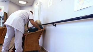 La profession d'aide-soignant est très demandée. Photo d'illustration. (JOEL SAGET / AFP)