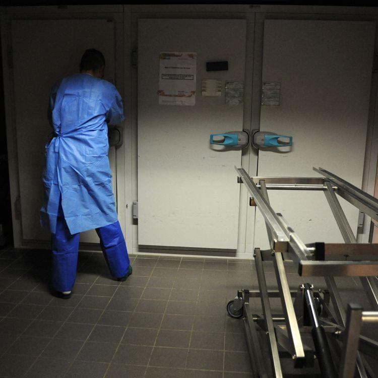 Chambre funéraire de l'hôpital Jacques-Cartier de Massy (Essonne), le 8 décembre 2020. (PASCAL BACHELET / BSIP / AFP)