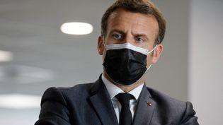 Emmanuel Macron visite un centre d'appel de l'assurance maladie dédié à la vaccination au Covid-19, à Créteil (Val-de-Marne), le 29 mars 2021. (LUDOVIC MARIN / AFP)