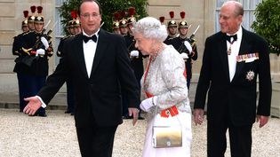 Elizabeth II est accueillie par François Hollande au palais de l'Elysée, pour un dîner d'Etat en son honneur, le 6 juin 2014. (PIERRE ANDRIEU / AFP)