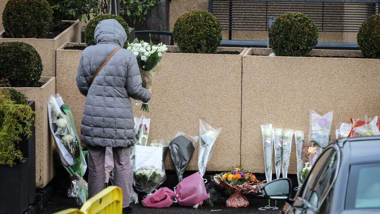 Le cercueilde France Gall est exposé au funérarium du Mont Valérien, où des fleurs sont aussi déposées à l'exterieur du bâtiment. (MAXPPP)