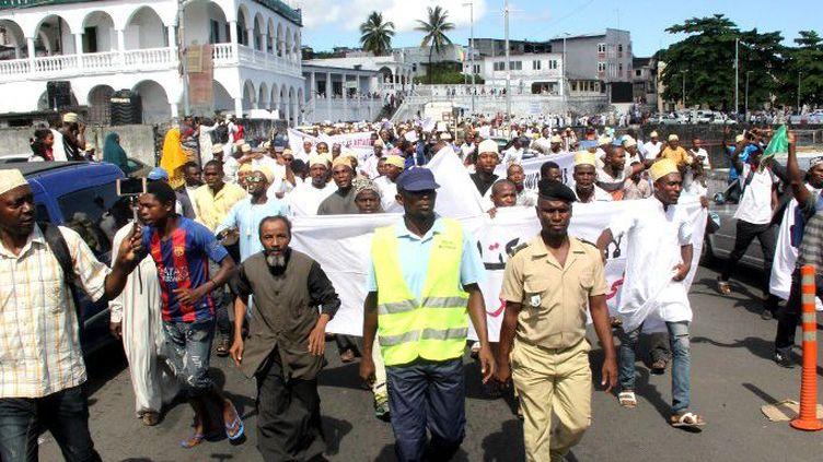 Les partisans de l'ancien président des Comores Ahmed Abdallah Sambi manifestent à Moroni à la fin de la prière du vendredi devant la mosquée principale, le 25 mai 2018. (Youssouf Ibrahim/AFP)