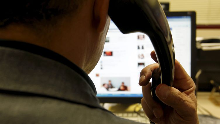 Par téléphone, ou par l'intermédiaire de fausses pubs et de faux sites web, les escrocs harponnent des particuliers ou des entreprises en France. Photo d'illustration. (LISA MARCELJA / MAXPPP)