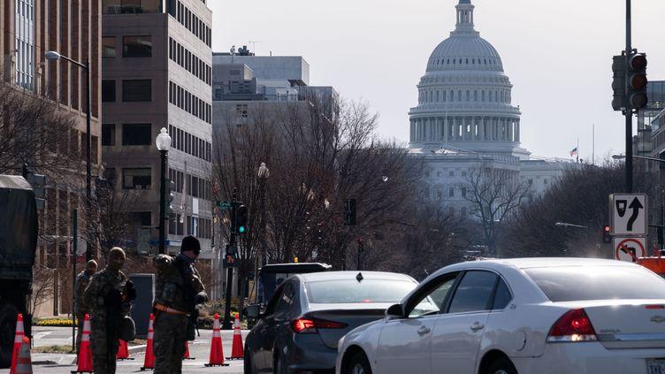 Les véhicules sont eux aussi contrôlés dans le centre de Washington, le 16 janvier 2021. (STRINGER / SPUTNIK / AFP)