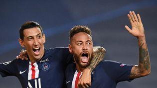 Les joueurs parisiensAngel Di Maria et Neymar, après leur victoire en demi-finale de la Ligue des champions contre Leipzig (3-0), le 18 août 2020 à Lisbonne (Portugal). (DAVID RAMOS / POOL / AFP)