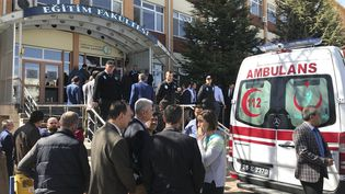Une ambulance est positionnée devant l'université d'Osmangazi (Turquie), jeudi 5 avril 2018. (EMRAH YASAR / ANADOLU AGENCY / AFP)