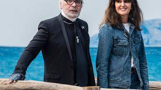 Virginie Viard et Karl Lagerfeld à la fin d'un défilé Chanel, le 2 octobre 2018 à Paris. (REX /SHUTTERSTOCK / SIPA)
