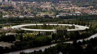 Vue aérienne du synchrotron, à Grenoble. L'installation protège l'accélérateur de particulesde 844 mètres de circonférence. (MAXPPP)