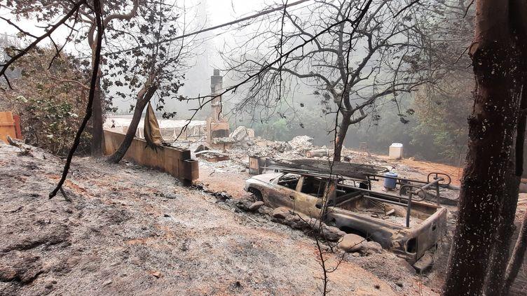Une maison d'Oroville, dans le comté de Butte, en Californie, ravagées par les flammes, le 12 septembre 2020. (BENJAMIN  ILLY / FRANCE-INFO)