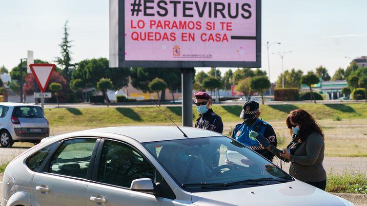 Un contrôle de police à Leon, dans le nord de l'Espagne, le 7 octobre 2020. Les habitants de cette municipalité, comme à Madrid et dans 9 autres communes, ne peuvent plus quitter le territoire municipal sauf en cas d'urgence. (CESAR MANSO / AFP)