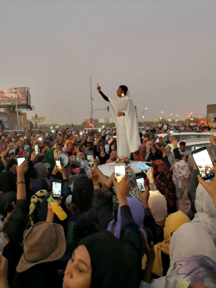 Une Soudanaise s'adresse à la foule pendant une manifestation demandant le départ du président soudanais Omar el-Béchir, le 8 avril 2019 à Khartoum, capitale du pays. (LANA H. HAROUN / TWITTER / REUTERS)