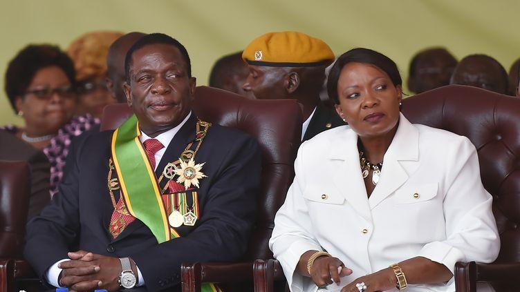 Auxillia Mnangagwa au coté de son mari Emmerson Mnangagwa, à Harare, le 24 novembre 2017. (TONY KARUMBA / AFP)