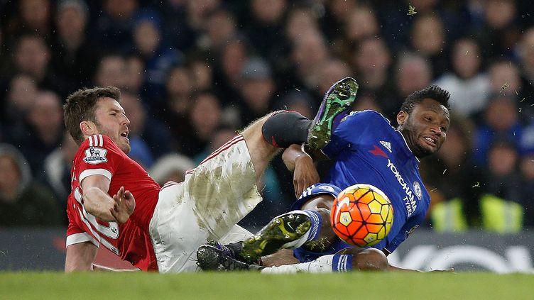 Michael Carrick (Manchester United) et Jon Obi Mikel (Chelsea) au duel (ADRIAN DENNIS / AFP)