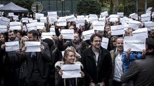 Les journalistes d'i-Télé protestent devant les locaux de la chaîne, le 19 octobre 2016, à Boulogne-Billancourt (Hauts-de-Seine). (PHILIPPE LOPEZ / AFP)