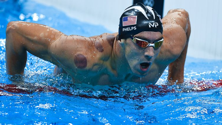 Michael Phelp, le 8 août 2016 à Rio, lors du relais 4x100m. (ALEXANDER VILF / SPUTNIK / AFP)