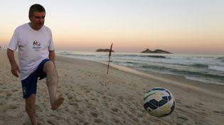 Le président du Comité olympique international, Thomas Bach, le 4 août 2015 sur la plage de Barra de Tijuca à Rio (Brésil). (SERGIO MORAES / REUTERS)