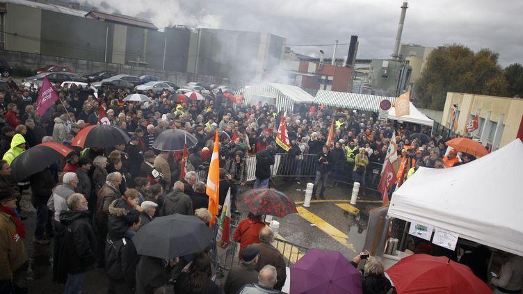 Les salariés de Petroplus rassemblés devant le site de la raffinerie de Petit-Couronne en Seine-Maritime, lundi 5 novembre 2012. (CHARLY TRIBALLEAU / AFP)