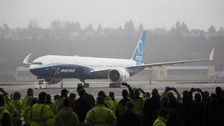 LeBoeing 777X devant les employés du constructeur aéronautique, lors de son vol inaugural, le 25 janvier 2020 à Seattle (Etats-Unis). (JASON REDMOND / AFP)