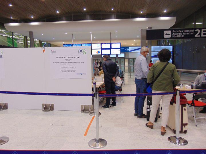 L'un des deux centres de dépistage Covid-19 installés à l'aéroport de Roissy, ici dans le terminal 2E,le21 juillet 2020. (FABIEN MAGNENOU / FRANCEINFO)