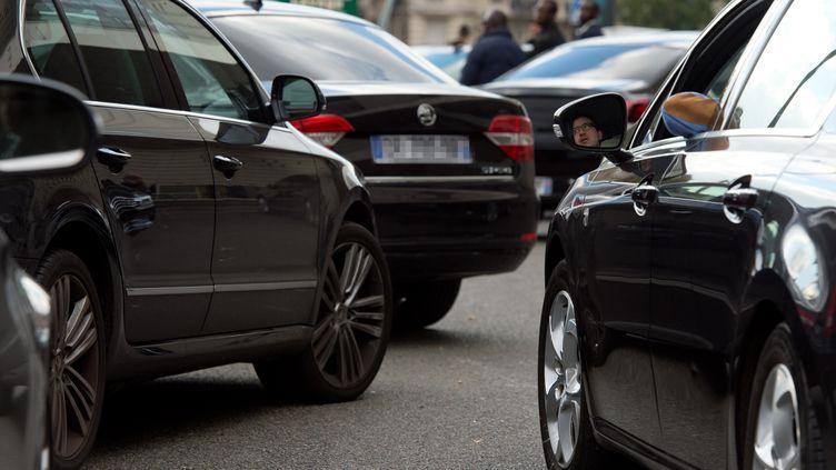 Des chauffeurs VTC lors d'une manifestation, porte Maillot à Paris, le 9 octobre 2015. (ALAIN JOCARD / AFP)