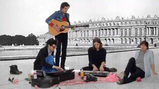 Les quatre garçons de Phoenix sur fond de château de Versailles.  (Homemade Performance)