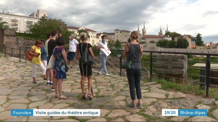 Une découverte vivante de Lugdunum - musée et Théâtre antiques de Lyon : derrière la barrière, on distingue les gros blocs qui perettaient de tendre le velum. (J. Adde / France Télévisions)