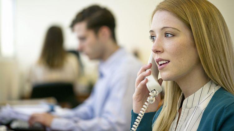 Photo d'illustration d'une femme utilisant un téléphone fixe. (MAXPPP)