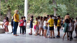 Des enfants le jour de la rentrée des classes dans une école primaire de Toulouse (Haute-Garonne), le 2 septembre 2021 (ADRIEN NOWAK / HANS LUCAS)