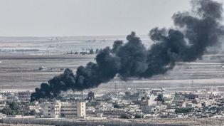 Vue sur une ville syrienne depuis la frontière turque, le 13 octobre. (OZAN KOSE / AFP)