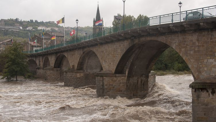 La rivière Ardèche en crue à Aubenas, le 23 octobre 2013. (CLAUDE PETITJEAN / CITIZENSIDE / AFP)
