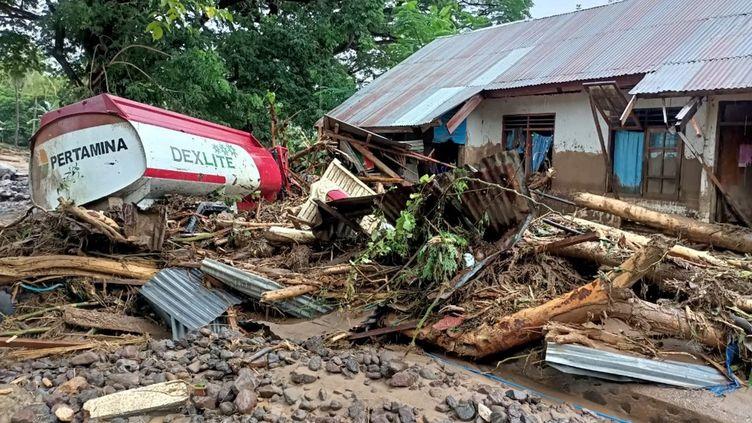 Des débris laissés à Adonara (Indonésie), le 4 avril 2021, après que des inondations soudaines et des glissements de terrain ont balayé l'est du pays. (JOY CHRISTIAN / AFP)